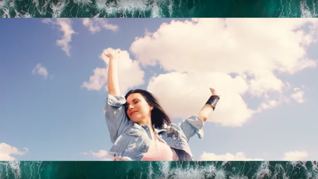 "Laura Pausini nel video di ""E.STA.A.TE"""