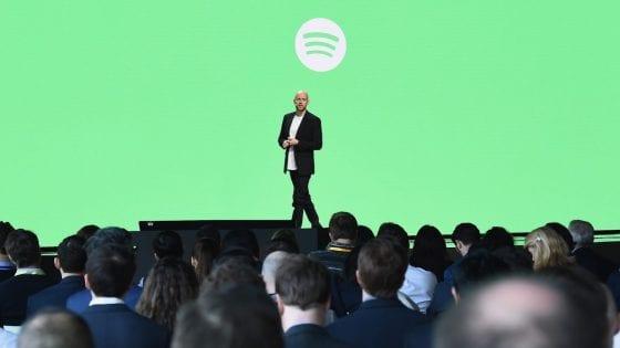 """Il fondatore e CEO di Spotify Daniel Ek parla sul palco durante lo """"Spotify Investor Day"""" agli Spring Studios lo scorso 15 marzo 2018 a New York"""