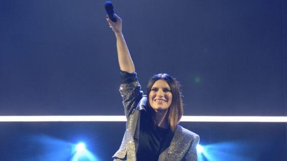 """Laura Pausini live. Ha ricevuto un premio al """"Mérito Cultural"""" dall'Assemblea Parlamentare dell'Ecuador"""