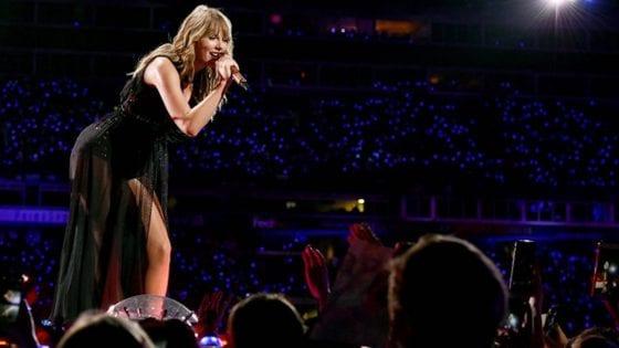 """Taylor Swift, durante un suo concerto a Detroit, ha cantato il suo brano """"Jump Then Fall"""""""