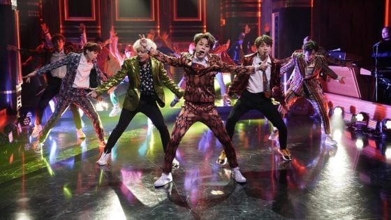 """I BTS, ospiti del Tonight Show di Jimmy Fallon, hanno partecipato alla """"Fortnite Dance Challenge"""""""