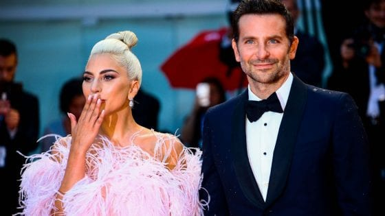 "Lady Gaga e Bradley Cooper al red carpet del film ""A Star is Born"". La cantante ha lanciato il brano ""Is That Alright?"""