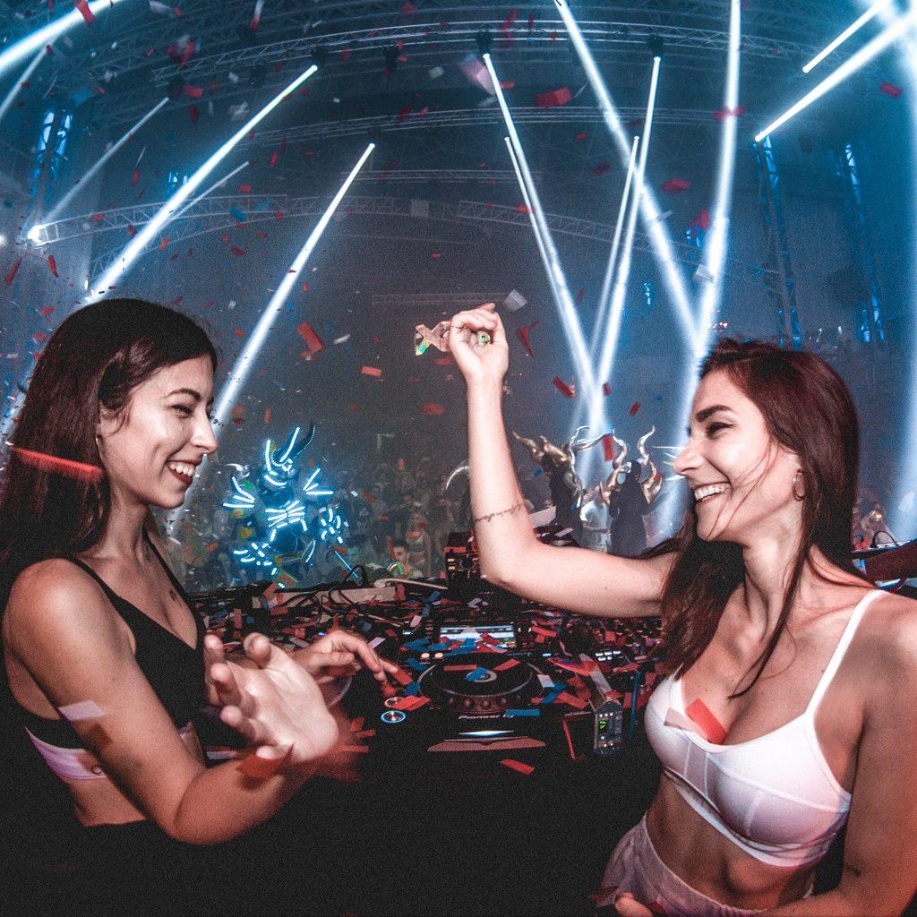 Giolì & Assia durante un loro DJ set