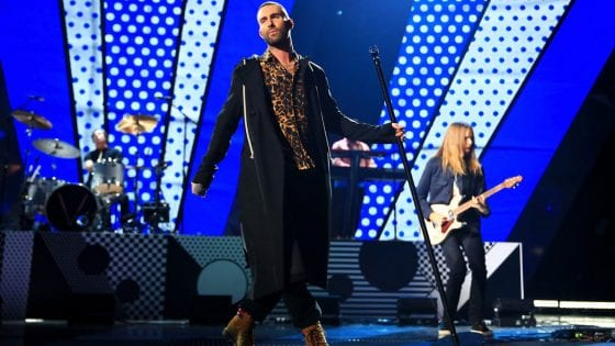 "I Maroon 5 hanno dedicato ""She Will Be Loved"" ad Aretha Franklin durante un live a Detroit"