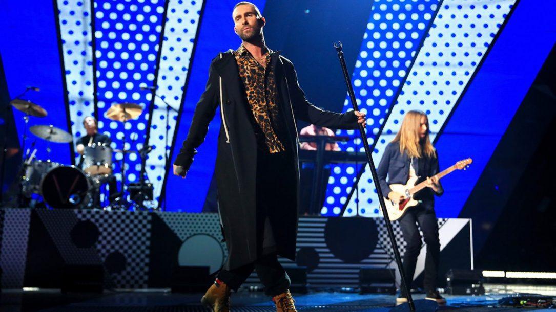 """I Maroon 5 hanno dedicato """"She Will Be Loved"""" ad Aretha Franklin durante un live a Detroit"""