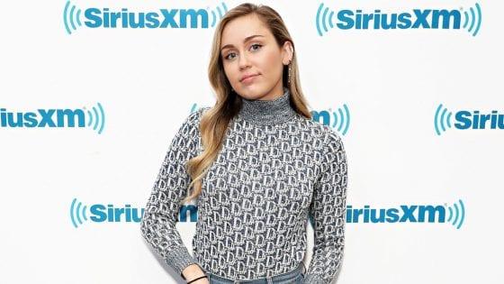 """Miley Cyrus ha pubblicato una nuova versione di """"War is Over"""" insieme a Mark Ronson e Sean Ono Lennon"""